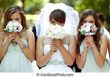 poco, nascondiglio, damigelle onore, loro, facce, sposa, dietro, bouqeuts, matrimonio