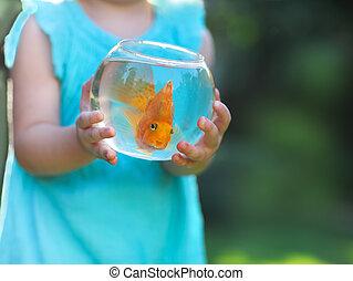 poco, nena, tenencia, un, pecera, con, un, goldfish, en, un, naturaleza, fondo., cuidado, concepto