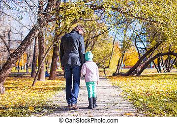 poco, parco, padre, giovane, camminare, autunno, ragazza, vista posteriore