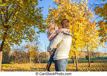poco, parco, padre, indietro, autunno, divertimento, ragazza, vista, detenere, felice