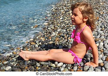 poco, se sienta, playa, niña