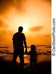 poco, silhouette, padre, ragazza, titolo portafoglio mano, spiaggia