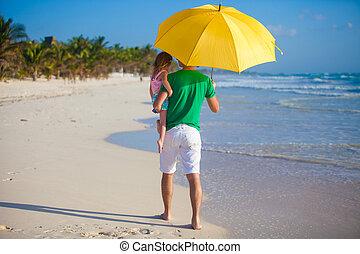 poco, suo, figlia, sole, padre, giovane, giallo, indietro, sotto, ombrello, vista, bastonatura