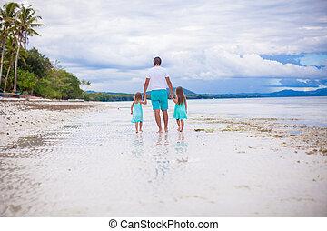 poco, suo, padre, indietro, camminare, due, mare, figlie, vista