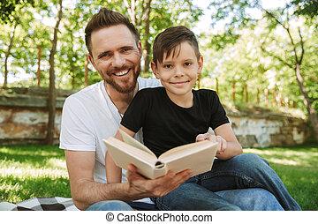 poco, suo, seduta, padre, book., figlio, fuori, lettura