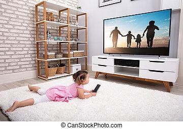 poco, televisione guardante, ragazza, dire bugie, moquette