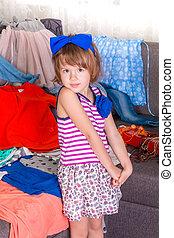 poco, terreno, ella, niño, clothes., escoger, wardrobe., nuevo, niña, vista