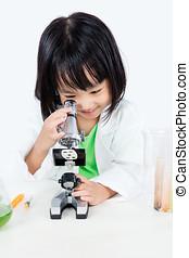 poco, trabajando, chino, microscopio, niña asiática, sonriente
