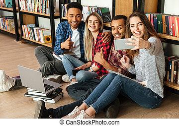 podłoga, studenci, ustalać, posiedzenie, biblioteka, selfie, szczęśliwy