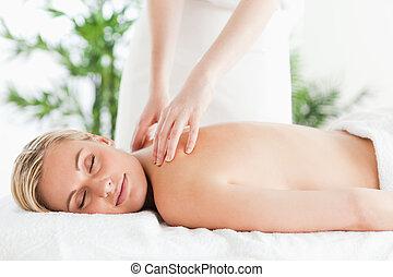 podczas, środek, próżniak, wellness, odprężając, wspaniały, masaż, kobieta, zamknięte wejrzenie