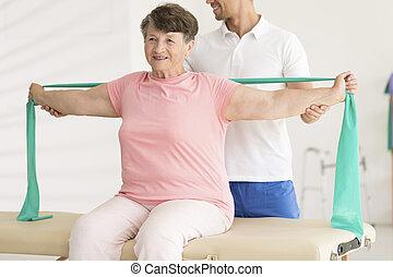 podczas, fizjoterapia, kobieta, starszy, rozciąganie