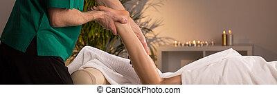 podczas, kobieta odprężająca, masaż, noga