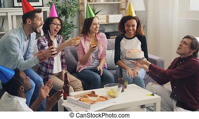 podmuchowy, świece, mężczyźni, świętując, urodzinowy placek...