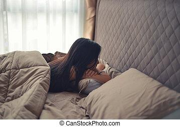 podpierał, kobieta, poduszki, przygnębiony, do góry, łóżko, smutny, asian