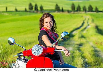 podróżowanie, hulajnoga, młoda kobieta