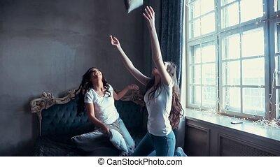 poduszki, ręka., dziewczyny, łóżko, koszule, biały