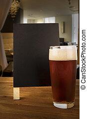 pohár sör, és, tábla, hajlamos, képben látható, egy, bár, közül, egy, restaurant.