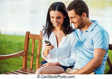 pohled, sedění, proměnlivý, dvojice, mládě, dohromady, lavice, srdečný, fotit, obyčejný, spolu., milující, jejich, telefon