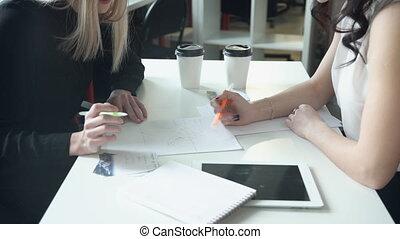 poignée, deux, jointly, écrit, papier, table, scheme., femmes