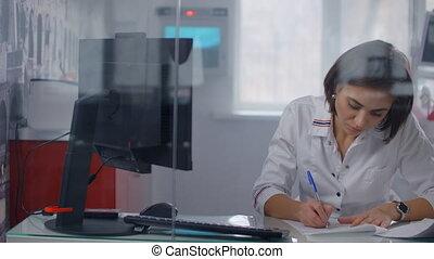 poignée, gros plan, documents., quel, chirurgien, remplir, remplissage, docteur, plastique, quelqu'un, dehors, quelques-uns, écriture femme, paper.