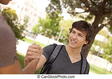 poignée main, étudiant