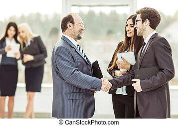 poignée main, associés, avant, a, réunion affaires