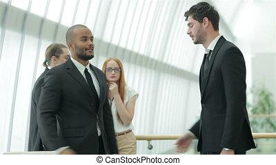 poignée main, entre, hommes affaires, deux
