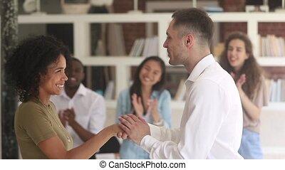 poignée main, femme, caucasien, directeur, éloge, africaine,...