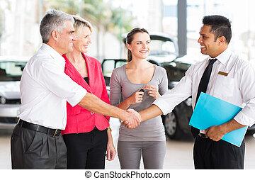 poignée main, voiture, age moyen, vendeur, homme