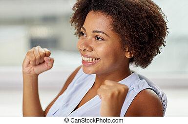 poings, élevé, femme, jeune, africaine, heureux