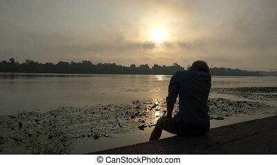 poings, sien, slo-mo, séance, quoique, coucher soleil, augmentations, homme, riverbank, heureux