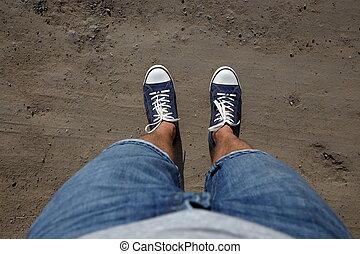 point vue, coup, de, a, homme, regard bas, à, sien, pieds, debout, sur, pays, road.