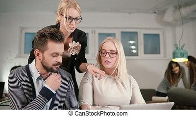 pointage, bureau, moderne, démarrage, haut, screen., business, femme, équipe, fin, créatif, réunion, éditorial
