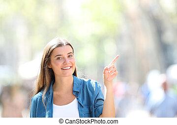 pointage, côté, regarder, rue, vous, girl, heureux