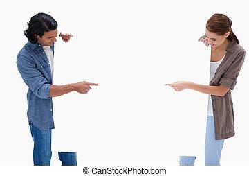 pointage, couple, signe blanc, regarder, leur, mains