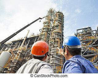 pointage, deux, inspection, discussion, ouvriers, usine