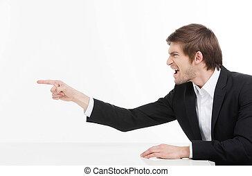 pointage, fâché, isolé, jeune, cris, quoique, businessman., homme affaires, blanc, vue, loin, agressif, côté