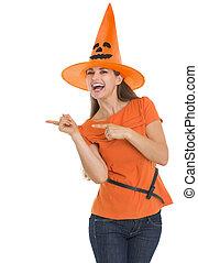 pointage femme, halloween, jeune, chapeau, côté, heureux