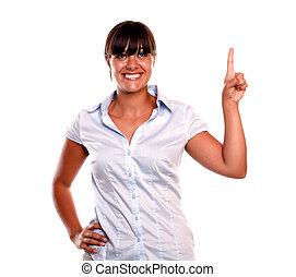 pointage femme, jeune, haut, charmer, sourire