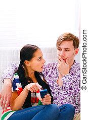 pointage, mobile, fâché, confondu, regarder, girl, petit ami