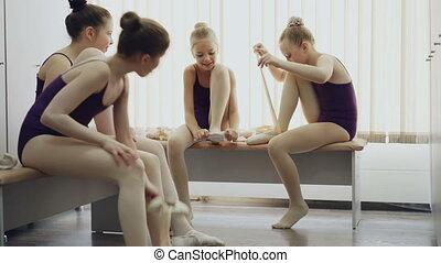 pointe-shoes, balet, dzieciaki, ławy, posiedzenie, room., lekki, concept., tancerze, radosny, mówiąc, obuwie, kładzenie, komunikacja, wymiana, dzieci