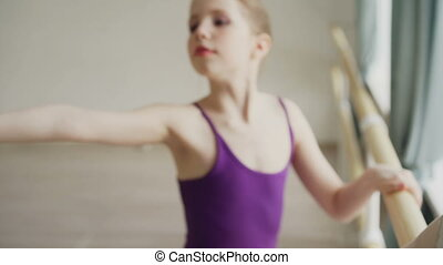 pointe-shoes, class., balet, strzał, bar, noga, chodząc, rozciąganie, bodysuit., osobnik, wykonując, podczas, zamknięcie, łania, dziewczyna, początek, elastyczny, tancerz, ruchy