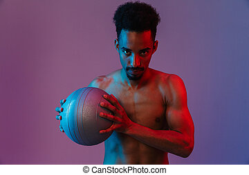 poising, sportivo, giovane, fitball, americano, africano, ritratto, shirtless, uomo