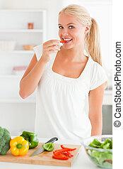 poivre, femme mange, couper