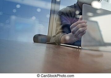 pojęcie, handlowy, pracujący, drewniany, nowoczesny, biznesmen, ręka, telefon, komputer, biurko, nowy, strategia, mądry