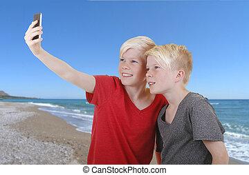 pojkar, selfie, två