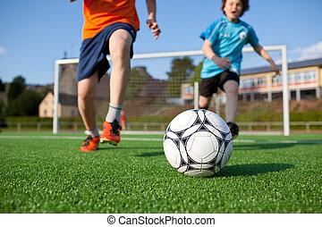 pojkar, spelande fotboll, på, fält