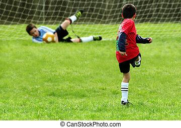 pojkar, spelande fotboll