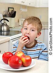 pojke, ätande äpple, ung
