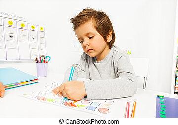 pojke, drar, blyertspenna, sittande, papper, liten